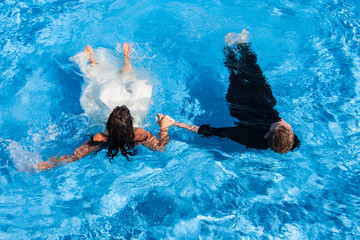 Wedding couple in a swimming pool
