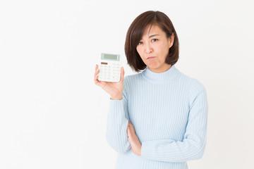 電卓を持つミドル女性 考える