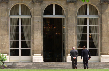 French President Jacques Chirac (R) walks back into Elysee Palace with President Clinton after they ..