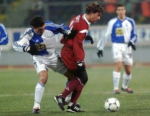 KAWELASCHWILI OF GRASSHOPPERS TACKLES GRENET OF GIRONDINS BORDEAUX IN UEFA CUP.
