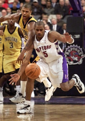 RAPTORS VINCE CARTER AND PACERS JALEN ROSE CHASE LOOSE BALL.