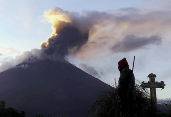 ECUADORAN TUNGURAHUA VOLCANO SPEWS ASHES.