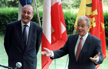 French President Jacques Chirac (L) and Swiss President Jean-Pascal Delamuraz meet the press at Vill..