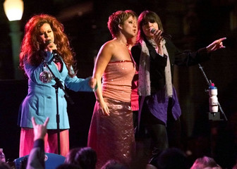 B-52's singer Kate Pierson (L) is joined on stage by singers Sarah McLachlan (C) and Chrissie Hynde ..
