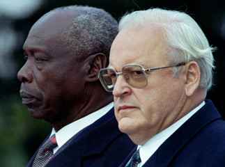 German President Roman Herzog (R) and Kenya's President Daniel Arap Moi (L) listen to national anthe..