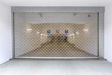 geschlossenes Gitter Rolltor Einfahrt Tiefgarage