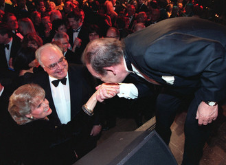 Hannelore Kohl (L) wife of German Chancellor Helmut Kohl (C) is handkissed by band leader Paul Kuhn ..