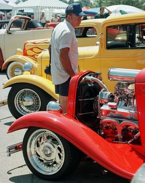 RONNIE FELTNER LOOKS OVER PRE 1949 STREET RODS.