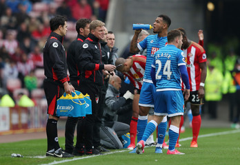 Bournemouth manager Eddie Howe speaks to Bournemouth's Joshua King and Ryan Fraser during the game