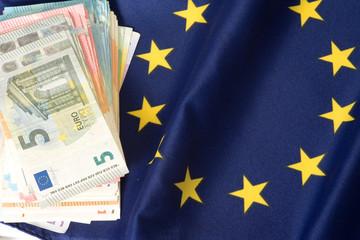 Euro Bargeld und die Flagge der EU
