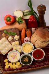 Tabla de pastas, pan, salsas y verduras