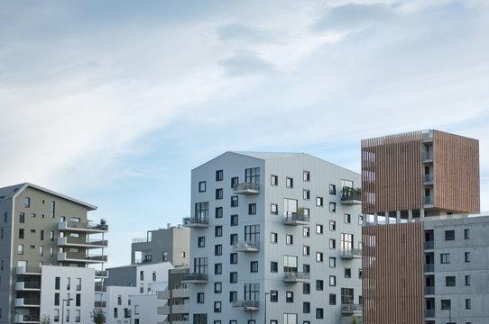 Immobilier et appartement immeuble investissement locatif Bordeaux, bassin à flots. France europe construction. Real estate. Copy space.