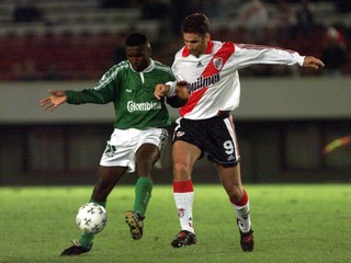 RIVER PLATE'S PIZZI AND DEPORTIVO CALI'S ZAPATA FIGHT FOR THE BALL.