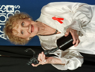 GLORIA STEWART HOLDS AWARD FOR HER ROLE IN TITANIC