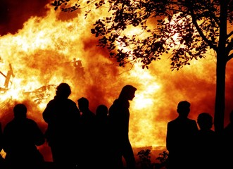 Protestants gather at a vast fire in Londonderry August 10. The Apprentice Boys are planning to marc..