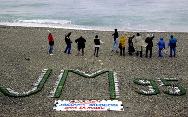 Suporters of the fugitive ex-mayor of Nice, Jacques Medecin, throw bottles with messages in the sea ..