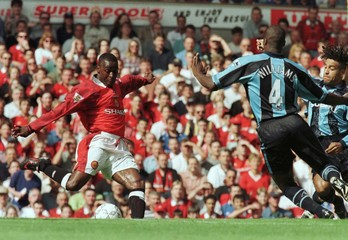 MANCHESTER UNITEDS ANDY COLE SCORES AGAINST COVENTRY IN PREMIERSHIP ACTION