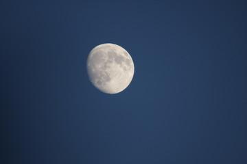 Lune dans un ciel nocturne