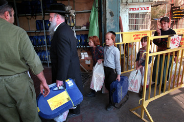 ULTRA ORTHODOX JEWISH FAMILY ARRIVE WITH GAS MASKS.