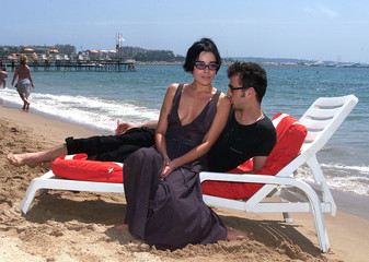 French actress Elodie Bouchez (L) and Yugoslav actor Sergei Trifunovic (R) relax on a beach chair ne..