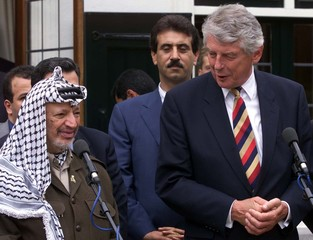 PALESTINIAN PRESIDENT ARAFAT AND DUTCH PRIME MINISTER KOK ADDRES MEDIA IN THE HAGUE.