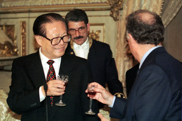 CHINESE PRESIDENT JIANG ZEMIN TOASTS PORTUGUESE PRESIDENT JORGE SAMPAIO.