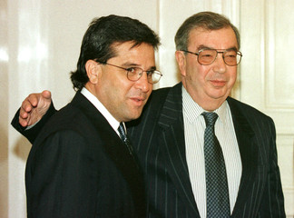 Russian Foreign Minister Yevgeny Primakov (R) invites his Cuban counterpart Roberto Gonzalez for tal..