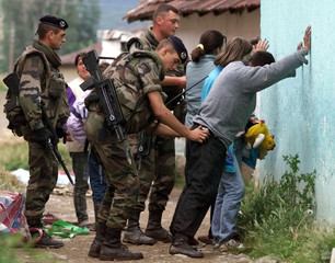 FRENCH NATO TROOPS DETAIN ETHNIC KOCOVO ALBANIANS FOR LOOTING HOUSES IN KOSOVSKA MITROVICA.