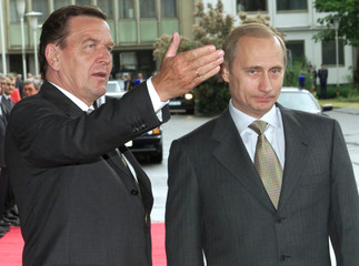 GERMAN CHANCELLOR SCHROEDER GESTURES TO RUSSIAN PRESIDENT PUTIN IN BERLIN.