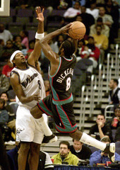 GRIZZLIES DICKERSON SHOOTS OVER WIZARDS NESBY.