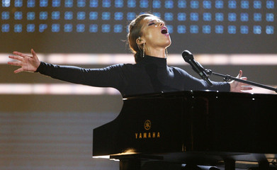 Alicia Keys performs at the 2009 American Music Awards in Los Angeles