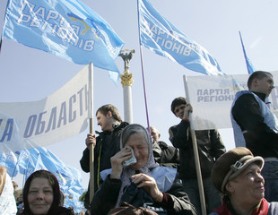 Supporters of opposition leader Yanukovich rally in Kiev