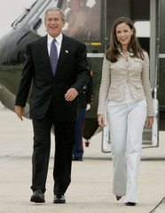 US PRESIDENT BUSH AND DAUGHTER WALK TOWARDS AIR FORCE ONE.
