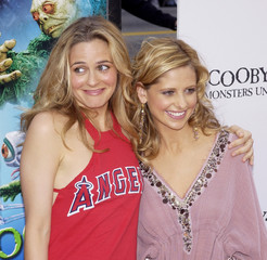 """CAST MEMBERS SILVERSTONE AND GELLAR POSE AT PREMIERE OF """"SCOOBY-DOO 2""""."""