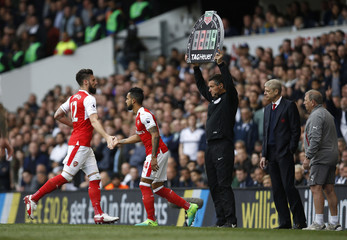 Arsenal's Theo Walcott comes on as a substitute to replace Olivier Giroud as manager Arsene Wenger looks on
