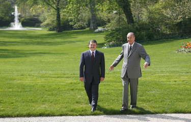 French President Jacques Chirac talks with Jordan's King Abdullahat for lunch at the Elysee Palace in Paris