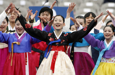 Dancers perform before the inauguration of new President Lee Myung-bak at parliament in Seoul
