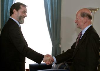 BULGARIAN PM SAXE COBURG WELCOMES SERBIA AND MONTENEGRO FM DRASKOVIC IN SOFIA.