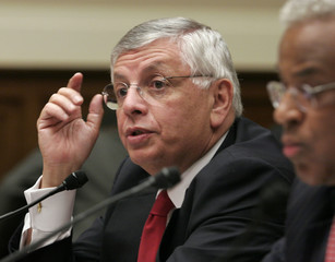 NBA commissioner Stern and player representative Hunter testify to Congress about steroids.