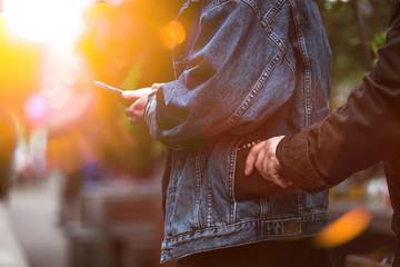 Dieb stiehlt Geldbörse in der Stadt mit Flares