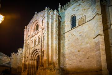 Ciudad medieval de Zamora España iluminada por la noche