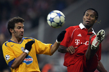 Bayern Munich's Roberto fights for the ball with Juventus' Del Piero during Champions League match in Munich