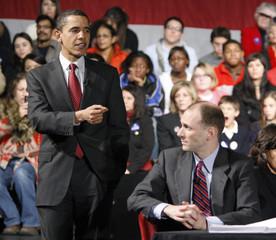US Democratic presidential candidate Obama speaks alongside his economic advisor Goolsbee during an economic forum in Albuquerque