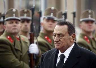Egypt's President Hosni Mubarak receives military honours as he arrives in Budapest