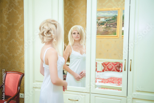 Фото блондинки в спальне королева минета