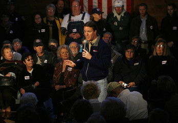 US Democratic presidential candidate and former Senator John Edwards speaks at a tow hall meeting during a campaign stop in Conway