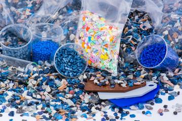 Plastik Mahlgut mit Farbmuster und Kunststoffbeutel