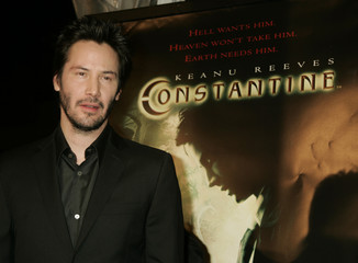 """Actor Kean Reeves arrives at the premiere of new film """"Constantine"""" in Hollywood."""