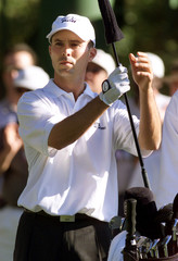 CANADIAN GOLFER MIKE WEIR CHOOSES CLUB ON 18TH TEE AT 2000 MASTERS.