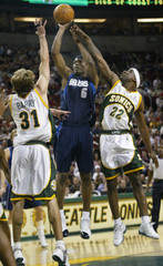 MAVERICKS DANIELS SHOOTS AGAINST SUPERSONICS BARRY AND MURRAY.